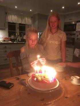 Sara och Ebba vid tårtan