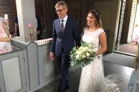 Lisa med sin pappa Morgan på väg in i kyrkan